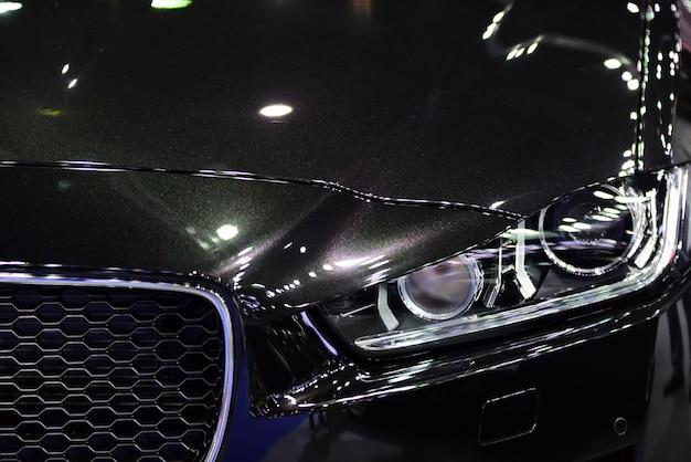 新車の美しい部分。ヘッドライト、ボディライト、モダンでスポーティな外観。
