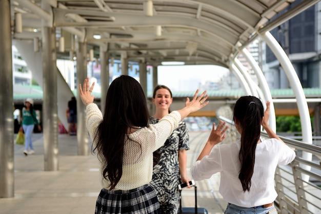 Друзья собрались вместе, чтобы встретить встречу, выразив радость.