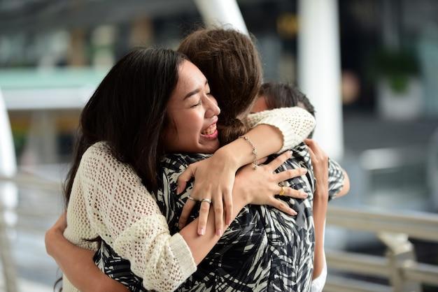 Друзья приходят в бангкок, друзья собрались вместе, чтобы встретиться с назначением выразил радость.