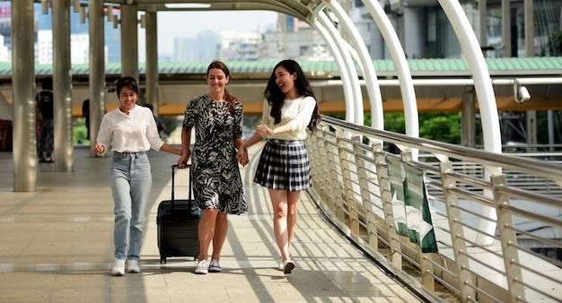 Друзья собрались вместе, чтобы встретить встречу, выраженную радостью. друзья ходят