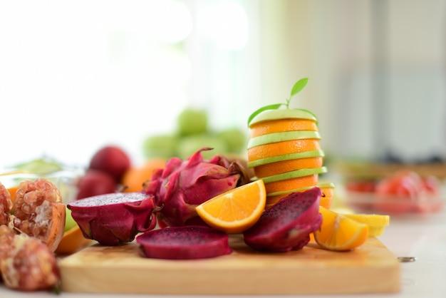 ミックスフルーツ。新鮮な果物はクローズアップアップ。ディーリングコンセプトミックスオーガニックの野菜