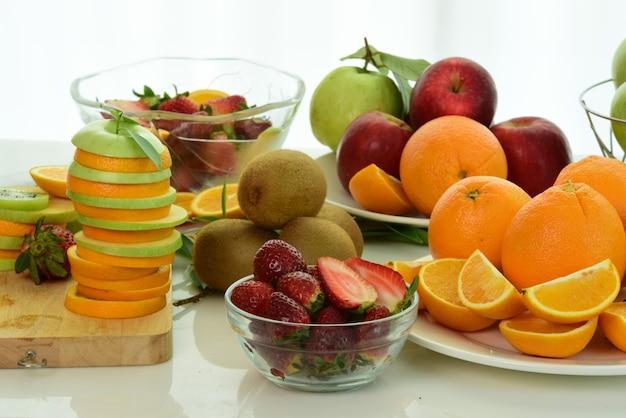 フルーツをミックスアップ。健康的な食事、コンセプトをダイエット盛り合わせ