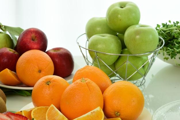 果物を混ぜる。新鮮な果物は近づく。健康的な食事、コンセプトのダイエット