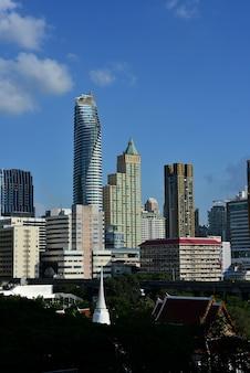 Взгляд высокого офисного здания столицы, бангкока, таиланда