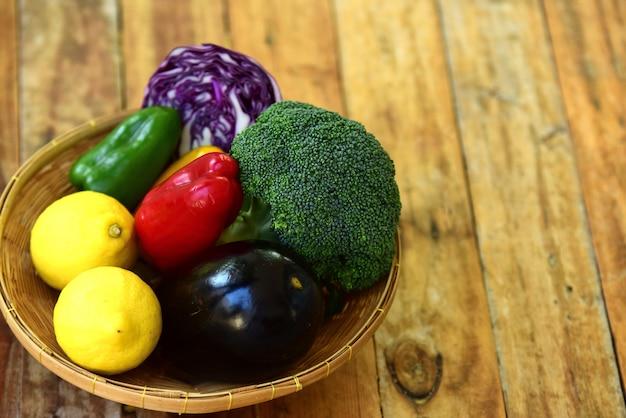 新鮮な有機野菜や果物