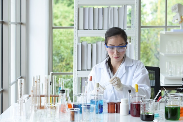 科学者は科学実験室で働いています。