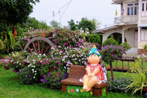 Красивые цветы в саду рядом с домом. зеленые листья с красивым солнечным светом используется в качестве фонового изображения.