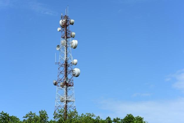 アンテナ付きの通信塔。