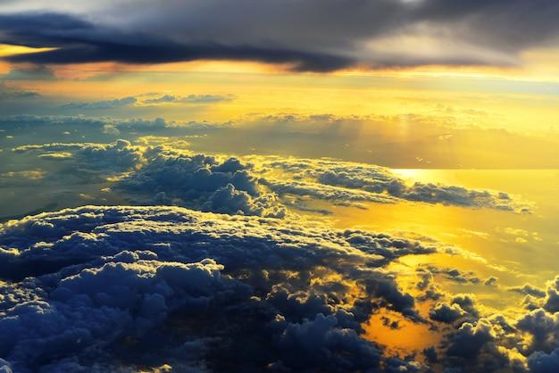 海の金の夕日の光。