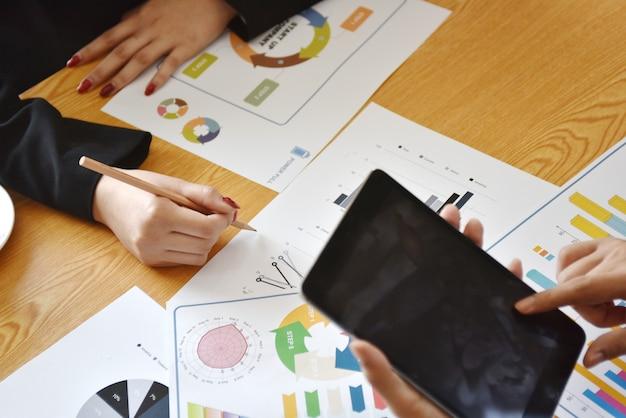 Краткие сведения о работе и результатах деятельности предприятия размещаются на столе заседаний для информации в бизнес-планировании.