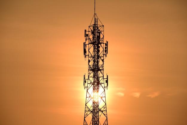 明るい空と無線通信アンテナ