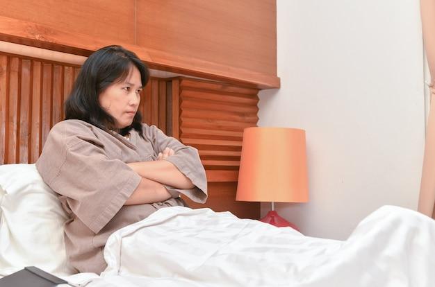 Жена сердится на кровать
