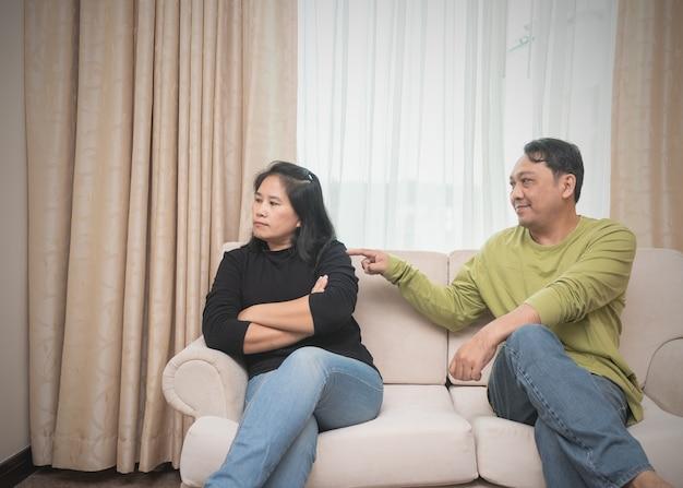 彼の妻を和解しようとしている夫