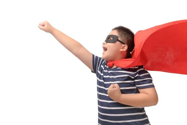 Жирный ребенок играет супергероя изолированный