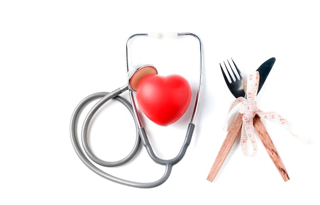 Красное сердце и стетоскоп с измерительной лентой