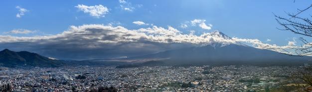 Панорама горы фудзи в городе фудзиёсида