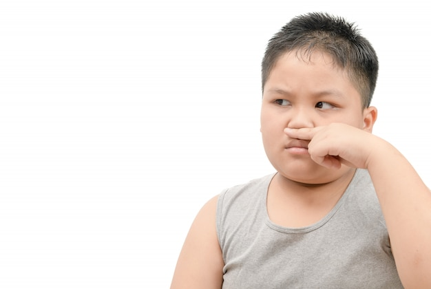Толстяк прикрывает нос из-за неприятного неприятного запаха