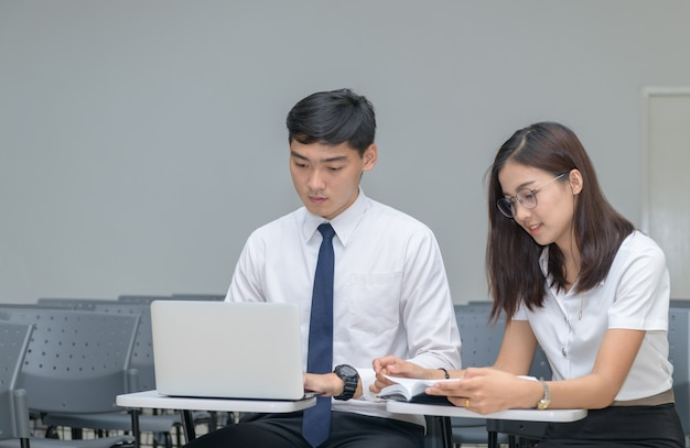 学生は教室で働いて読んでいます