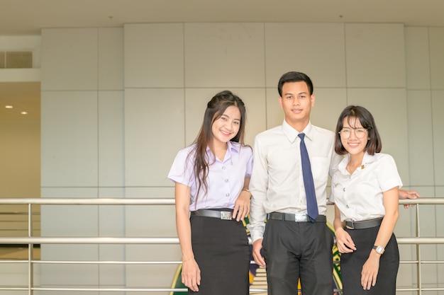 一緒に立っているスマートな若い学生