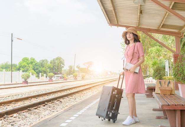 内気な少女待っている列車の革ビンテージバッグ