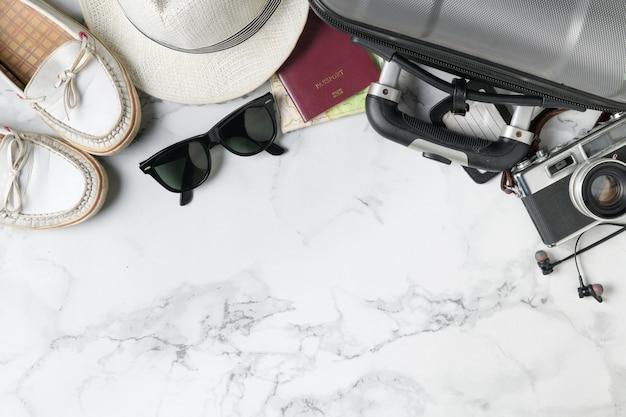 スーツケースアクセサリーや旅行用品を準備する