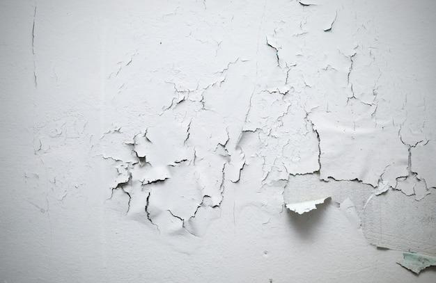 部屋の壁に割れた塗料