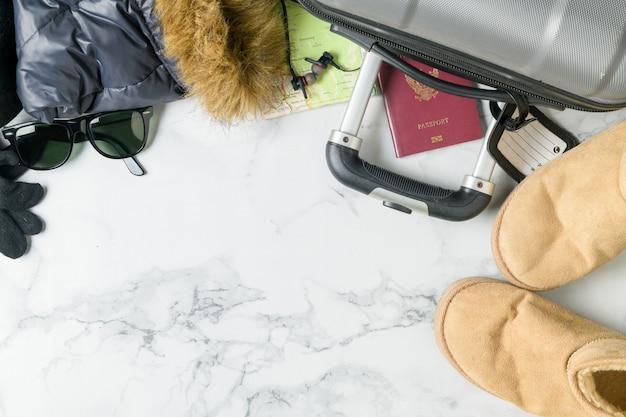 スーツケースのアクセサリーと毛皮のコートを準備する