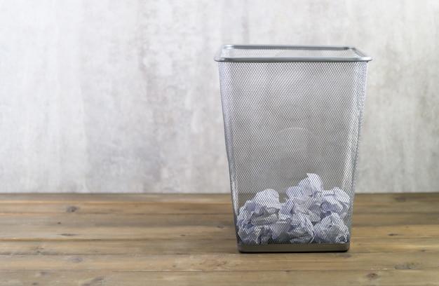 金属製のゴミ箱に紙を丸めて