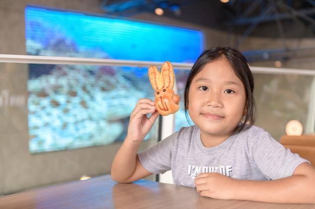かわいい女の子はコンビニでパンを食べる、