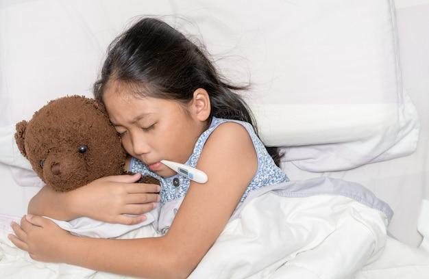 Больная девушка с термометром во рту