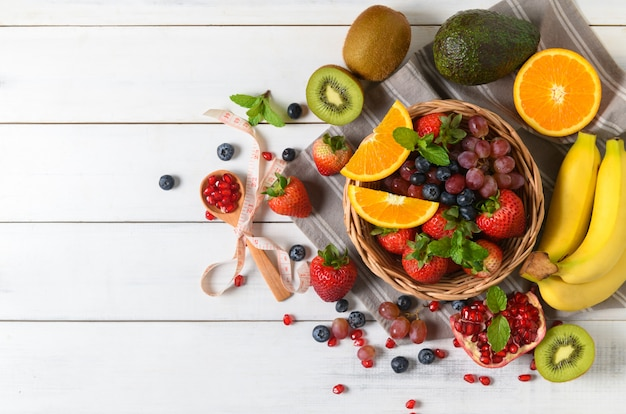 木製の新鮮なフルーツサラダとイチゴのミックス