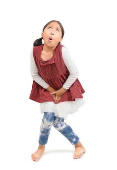 小さな女の子は、白い背景で隔離のおしっこが必要
