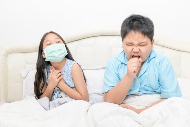 兄は妹の近くに衛生マスクを着用せずに咳をしている