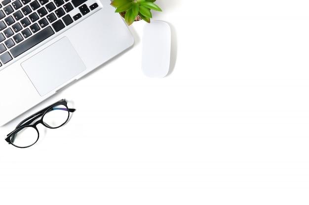 ラップトップコンピューターと白いオフィスデスクテーブル