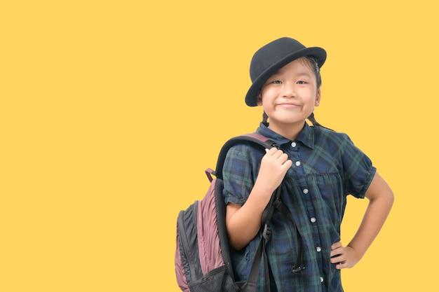 旅行に笑顔とバックパックを保持している帽子をかぶってかわいい女の子