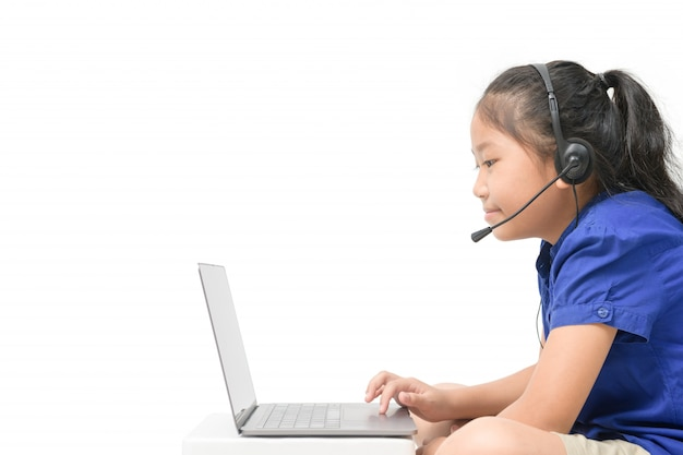 Изолированный взгляд со стороны азиатского исследования наушников носки студента девушки онлайн изолированный