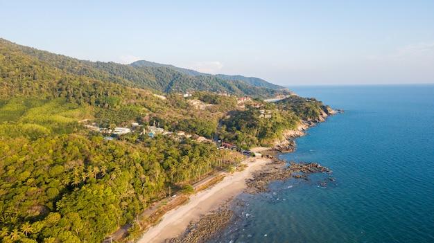 タイ南部のランタノイ島にあるクローンヒンビーチの航空写真