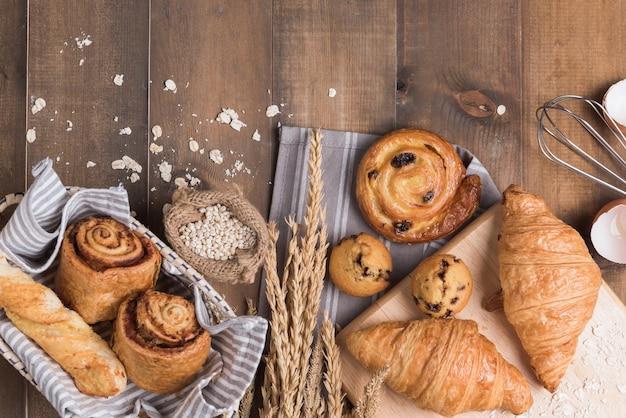 Домашний хлеб или булочка на фоне дерева