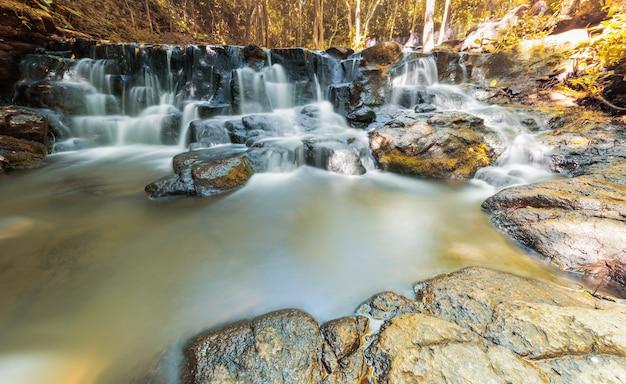 秋の秋の美しい滝、サムラン滝