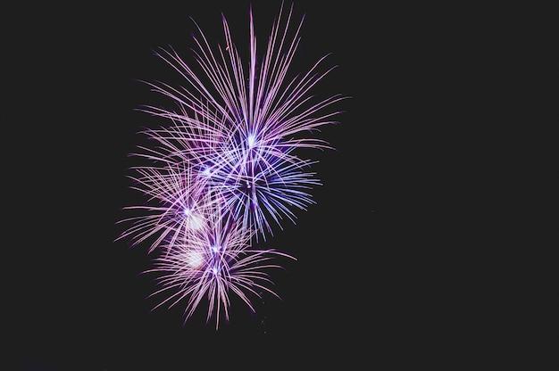 テキスト用の空き領域を持つ抽象的な色の花火の背景