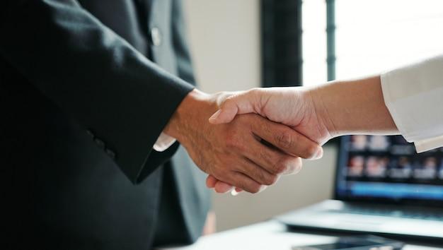 ビジネスマンが手を振る、成功する企業ビジネス。ビジネス接続の概念