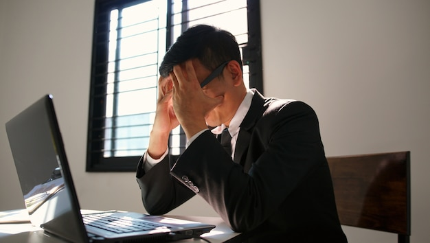 ストレスの瞬間を持っているビジネスマン