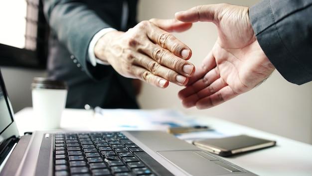ビジネスマンの手ふれ、成功する企業のビジネス。