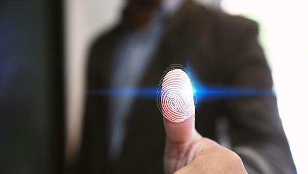 Бизнесмен логин с технологией сканирования отпечатков пальцев. отпечаток пальца, чтобы идентифицировать личность, систему безопасности