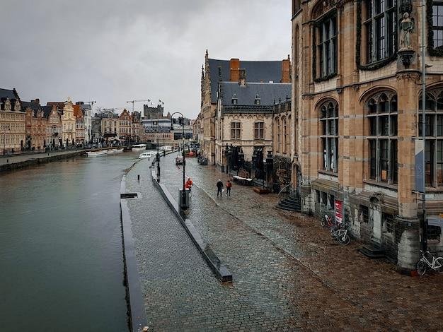 旧市街の雨の日