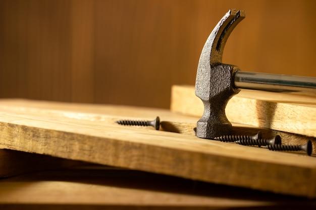 ハンマーし、午前中に木材をねじ込みます。