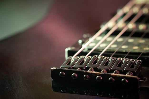 朝と日光のさびたギターブリッジ。