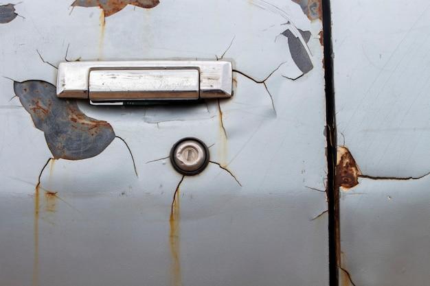 古い車のドア、破損した表面。