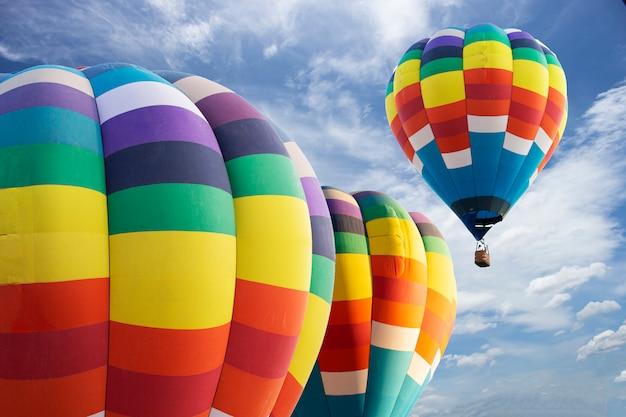 明るい空の上の豪華な風船