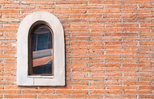 頑丈なガラス窓と赤レンガの壁。